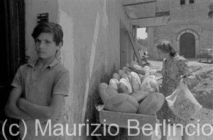 Calabria, 1971 - Giovane fornaio che vende il pane per strada